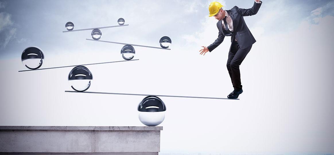 Soft Skills am Bau Seminare | Bauleiter balanciert auf Wippe