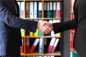 Vertragspartner geben sich die Hand | BVM Bauvertragsmanagement